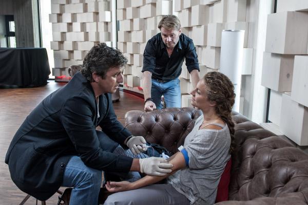 Bild 1 von 13: Sängerin Katharina Selig (Alessija Lause, r.) ist in ihrem Studio zusammengebrochen. Ihr Mann Robert Selig (Kai Scheve, M.) und Dr. Martin Gruber (Hans Sigl, l.) gehen zunächst von einer Kreislaufschwäche aus.