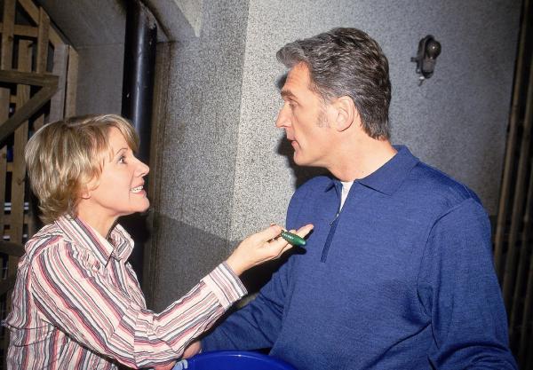 Bild 1 von 9: Nikola (Mariele Millowitsch) macht Schmidt (Walter Sittler) Vorhaltungen, dass er nicht das Recht hatte, ihren Koffer weg zu geben.