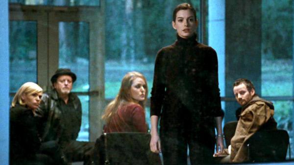 Bild 1 von 5: Nach dem Absturz eines Passagierflugzeugs übernimmt die junge Psychologin Claire (Anne Hathaway) die Betreuung der Überlebenden.
