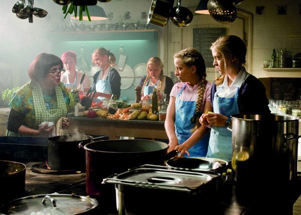 Bild 1 von 30: In Ermangelung einer Köchin muss Mademoiselle Bertoux (ganz links, Katharina Thalbach) selbst den Kochlöffel auf Lindenhof schwingen. Einige Schülerinnen sollen ihr dabei helfen.