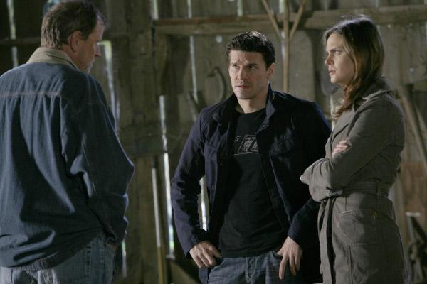 Bild 1 von 4: Die Suche nach der Wahrheit über Brennans (Emily Deschanel) Vergangenheit führt sie und Agent Booth (David Boreanaz, M.) zu Vince McVicar (Pat Skipper). Weiss er, was mit Brennans Eltern passiert ist?