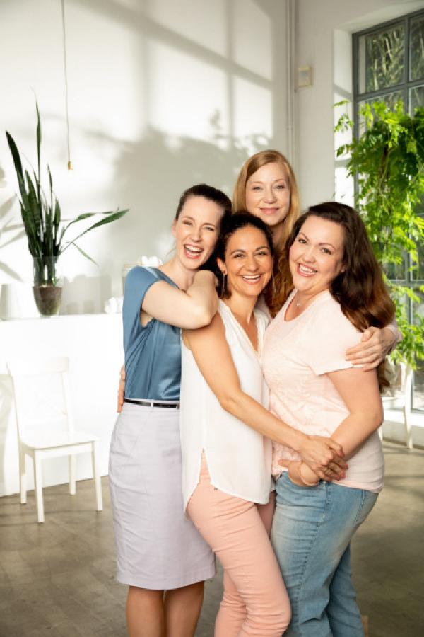 Bild 1 von 6: Die vier Freundinnen v.l.: Heike (Katrin Höft), Kaya (Shirin Soraya), Tina (Franziska Arndt) und Nadine (Sarah Schalow)