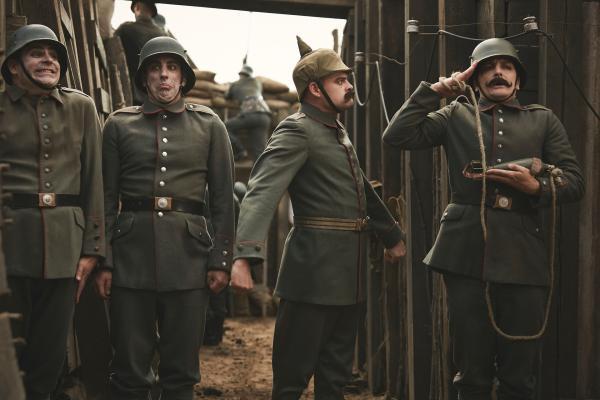 Bild 1 von 7: General-Feldmarschall Wippelstütz (Max Giermann, 2.v.r.) reagiert erbost auf das neue Haustier des Untergefreiten Hitler (Holger Stockhaus, r.), sehr zur Freude der Kameraden (Paul Sedlmeir, Alexander Schubert).