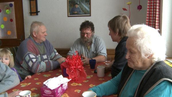 Bild 1 von 2: Die Familie bespricht die ungewisse Zukunft des Betriebes.