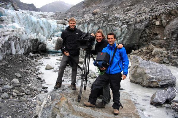 Bild 1 von 15: Kameraassistent Yannick Schmeil (l.), Kameramann Jürgen Heck (M.) und Regisseur Kay Siering (r.) bei Dreharbeiten am Fox-Gletscher in den Südalpen Neuseelands.