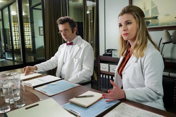 Bild 1 von 9: Ebenfalls mit dabei: Arts Frau Nancy (Betty Gilpin), die von Dr. Masters (Michael Sheen) zusammen mit ihrem Mann eingestellt wurde.
