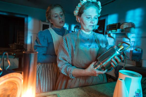 Bild 1 von 10: Mit der Elektrifizierung halten ab 1900 die ersten strombetriebenen Geräte Einzug in die Haushalte - wie diese Kaffeemaschine.