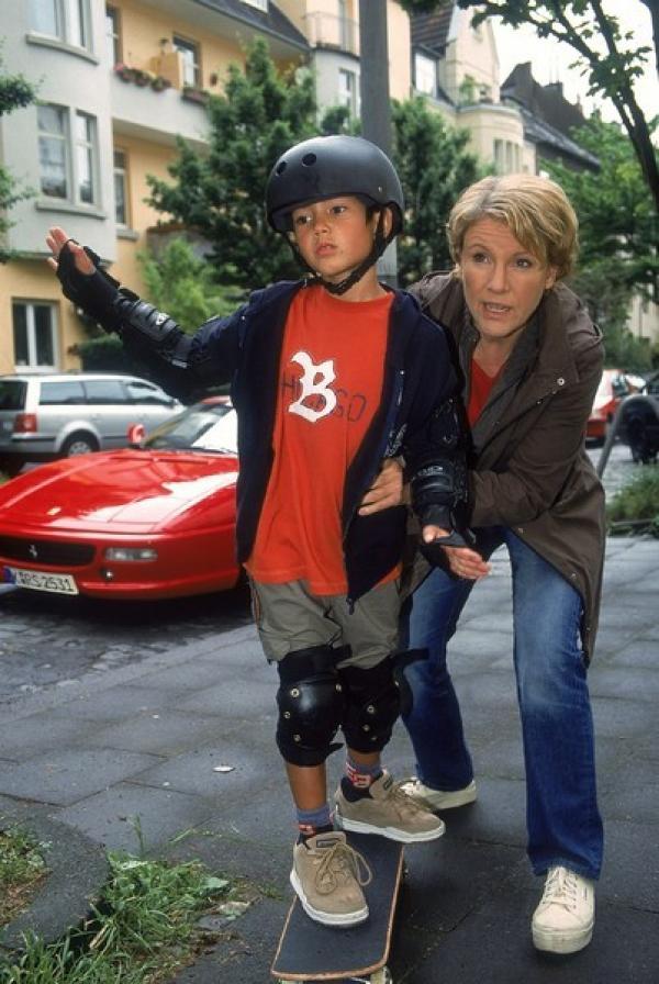 Bild 1 von 9: Nikola (Mariele Millowitsch) versucht Hermann (Nikita Wokurka) beizubringen, wie man Skateboard fährt.