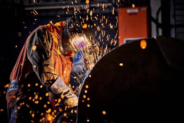 Bild 1 von 4: Funken fliegen, wenn die großen Maschinen auf Stahl treffen.
