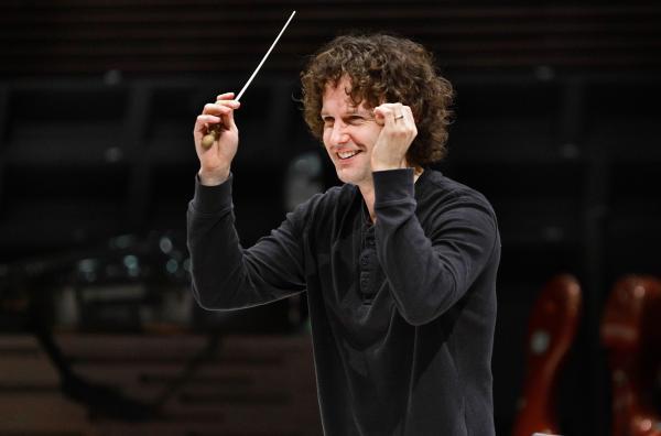 Bild 1 von 5: Unter der musikalischen Leitung von Nicholas Collon interpretiert das Finnish Radio Symphony Orchestra die Symphonie Nr. 3 Es-Dur op. 55 \