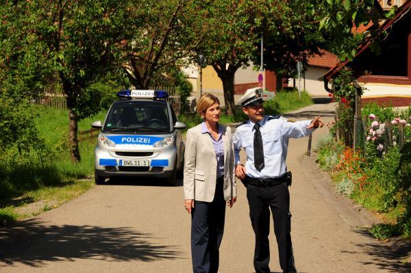 Bild 1 von 15: Der Dorfpolizist Johannes Keller (Andreas Guenther, r.) zeigt SOKO-Kommissarin Martina Seiffert (Astrid M. Fünderich, l.) den Weg zum Tatort. Allerdings verhält er sich äußerst merkwürdig.
