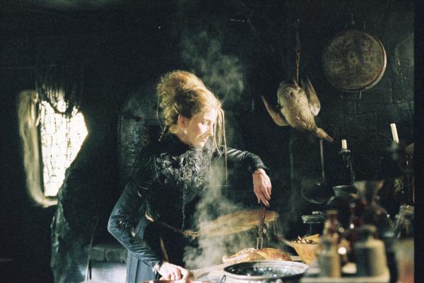 Bild 1 von 11: Die Hexe (Sibylle Canonica) bereitet eine reichhaltige Mahlzeit für Hänsel vor - auf dass er schnell dick und fett werde.
