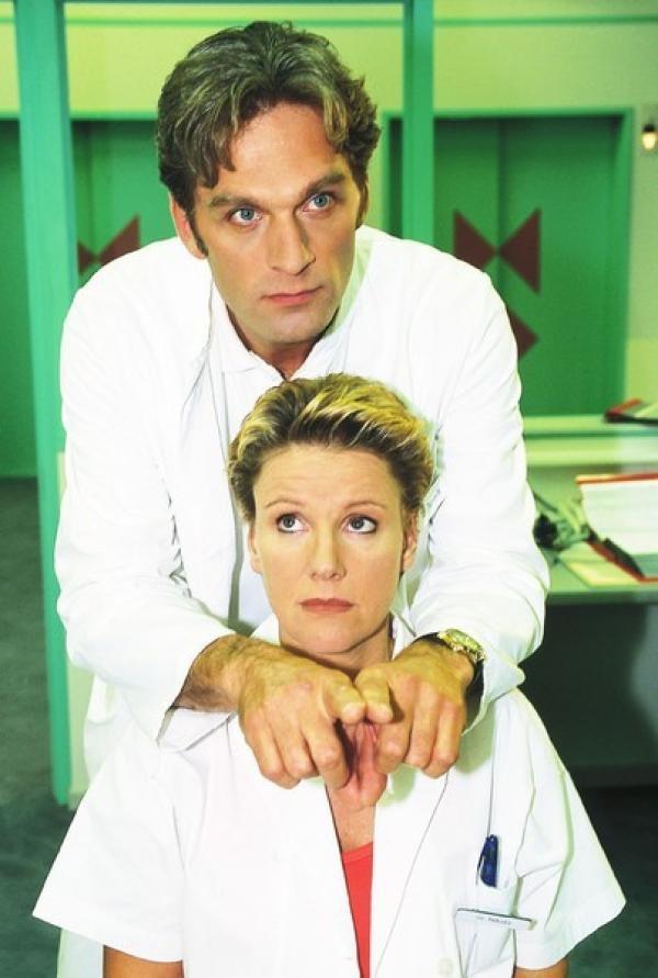 Bild 1 von 9: Nikola (Mariele Millowitsch) ist einigermaßen überrascht über Schmidts (Walter Sittler) scheinbaren Sinneswandel.