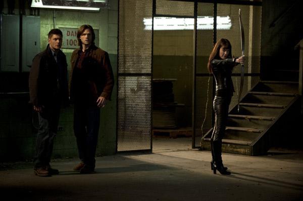 Bild 1 von 13: Sam (Jared Padalecki, M.) und Dean (Jensen Ackles, l.) sind erstaunt: Warum sollte sich die Göttin Artemis (Anna Van Hooft, r.) für einen Zombie interessieren?