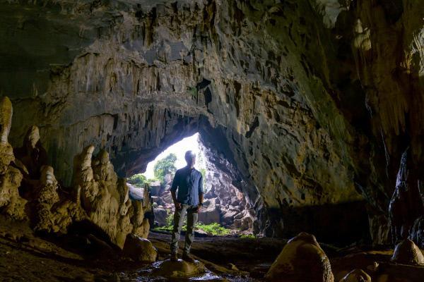 Bild 1 von 3: Dirk Steffens erkundet die Rat-Cave-Höhle in der Nähe des Phong-Nha-Ke-Bang-Nationalparks in Zentralvietnam. Unter ihm befindet sich das älteste große Kalkstein-Plateau ganz Asiens. Es ist 400 Millionen Jahre alt. In der Kalkstein-Formation entdeckten Forscher vor Kurzem die größte Höhlenpassage der Welt.