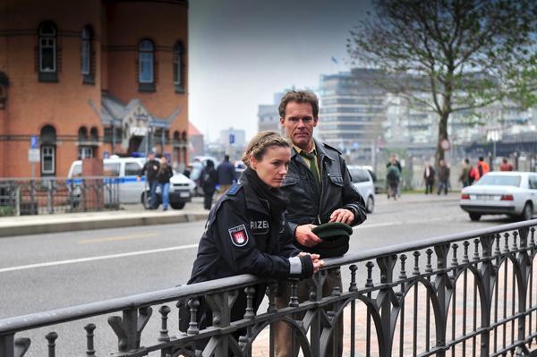 Bild 1 von 12: Peter (Christian Tramitz, r.) versucht, Franzi (Rhea Harder, l.) Mut zu machen. Franzi ist in großer Sorge wegen ihrer verschwundenen Tochter.