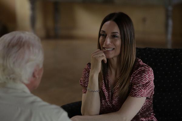Bild 1 von 5: Joanna (r.) hat ihren leiblichen Vater endlich gefunden. Der Mann, von dessen Existenz sie nie wusste, ist endlich in ihr Leben getreten. Jetzt haben die beiden eine Menge Geschichten auszutauschen.