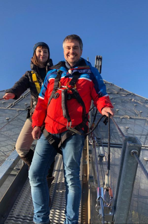 Bild 1 von 4: Die ?Xenius?-Moderatoren Emilie Langlade und Gunnar Mergner beim Abstieg vom Olympiapark-Zeltdach