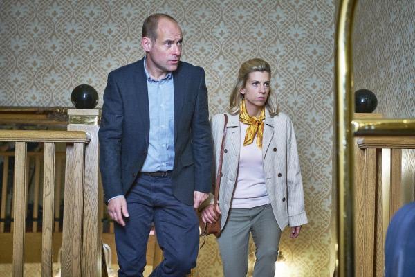 Bild 1 von 5: DS Davey Higgins (Matt Bardock) und Jane Kennedy (Claire Goose) müssen den Tod der Bürgermeistern Una Drake untersuchen. Una wurde tot in einem Hotelzimmer aufgefunden.