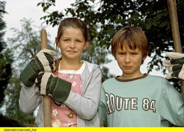 Bild 1 von 6: Rebecca (Elisabeth Böhm, links) und Jonas (Ludwig Zimmeck) haben eine schwierige Aufgabe zu bewältigen.