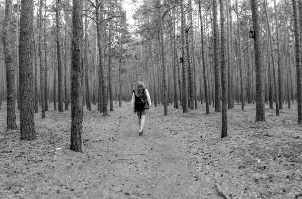 Bild 1 von 5: Ronja wandert durch Brandenburg und fragt sich: Soll ich auf mein Bauchgefühl hören oder doch einem Plan folgen?