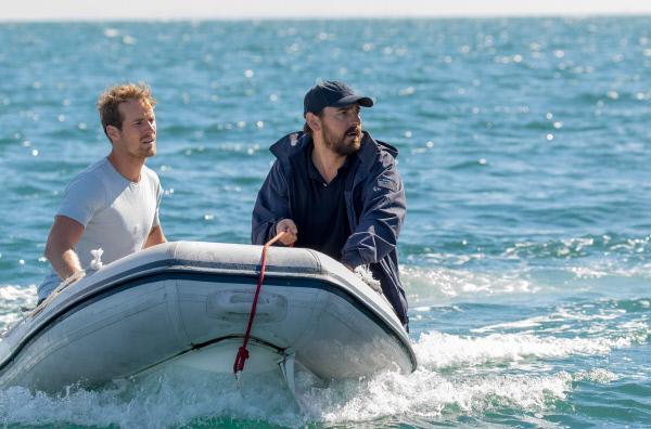 Bild 1 von 6: Ryan (Ewen Leslie, re.) und Damien (Joel Jackson, li.) wollen den Flüchtlingen helfen.