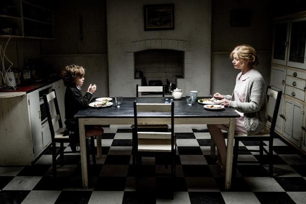 Bild 1 von 6: Mutter Amelia (Essie Davis) und Samuel (Noah Wiseman).