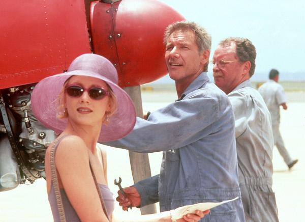 Bild 1 von 6: Robin Monroe (Anne Heche, li) kann Quinn Harris (Harrison Ford, Mi.) nicht leiden. Allerdings ist er der einzige, der sie nach Tahiti fliegen kann.
