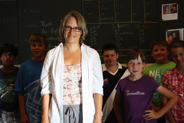 Bild 1 von 2: Aglaia Gallmann Josty unterrichtet in Tarasp in zwei Sprachen, auf Deutsch und auf Vallader. Nur noch 5.000 Menschen sprechen diese rätoromanische Variante.