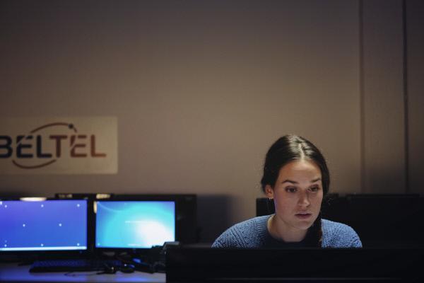 Bild 1 von 3: Billie Vebber (Constance Gay) hackt sich in das Laufwerk von BELTEL.