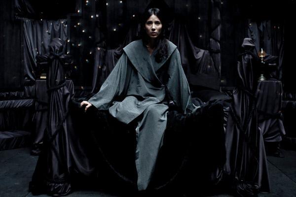 Bild 1 von 8: Die an einer rätselhaften Wahrnehmungsstörung leidende Joana (Bárbara Goenaga) soll nach dem Willen ihres Arztes drei Tage in einem dunklen, von der Außenwelt hermetisch abgeschirmten Raum verbringen.