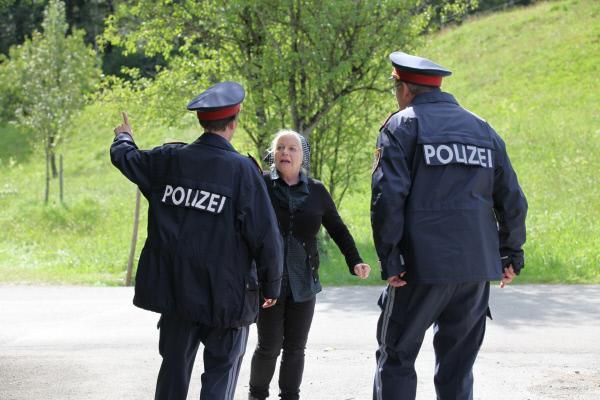 Bild 1 von 5: Stefanie Haslinger (Brigitte Kren, M.) hat ihren Mann Albert tot aufgefunden (Polizeibeamte im Vordergrund: Komparsen).