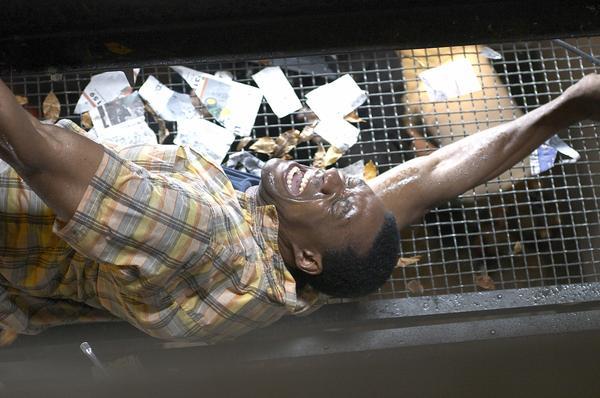 Bild 1 von 5: Jason (Arnold Pinnock) kämpft gegen den Sturm an.
