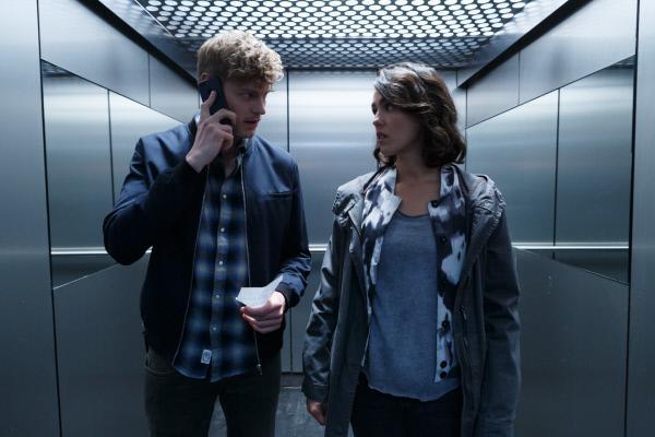 Bild 1 von 12: Daniel Winter (Helgi Schmid) ist in großer Sorge. Er erreicht seine Freundin Debbie nicht, an deren Arbeitsplatz ein Mord geschehen ist. Anneliese Deckert (Lucie Heinze) versucht, ihn zu beruhigen.