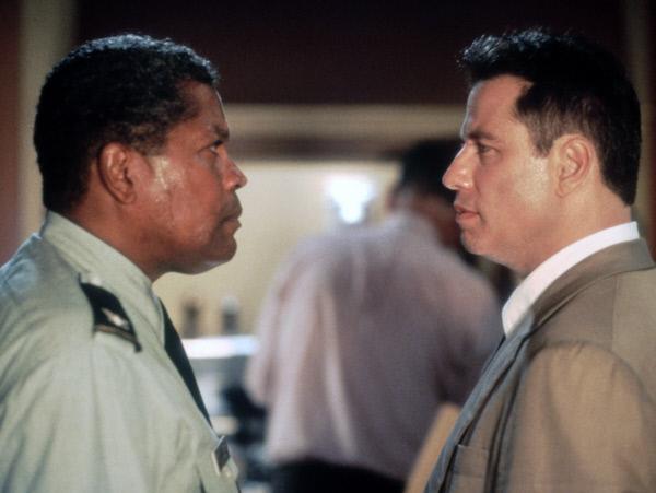 Bild 1 von 10: Auf der Spur eines skrupellosen Mörders: Steht George Fowler (Clarence Williams, l.) auch auf der Täterliste des unbestechlichen Cops Paul Brenner (John Travolta, r.)?