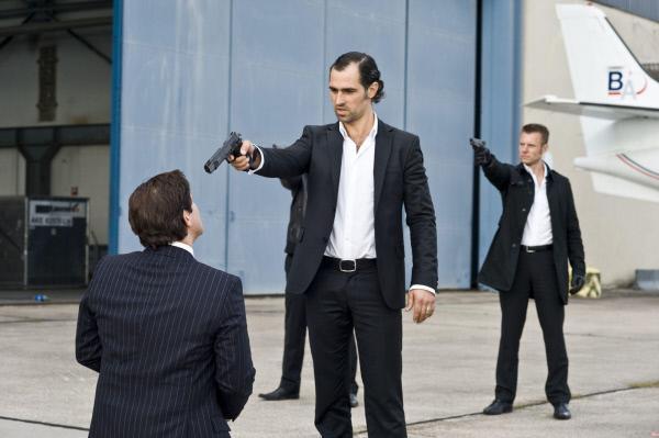 Bild 1 von 37: Das Blatt wendet sich, als Bossmann (Gabriel Merz, Mi.) und seine Schergen (hi. Komparsen) Bankdirektor Seifert (Francis Fulton-Smith, li.) ins Visier nehmen...