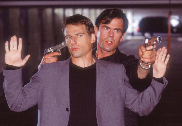 Bild 1 von 12: Die Polizisten sind in eine Falle getappt: Bei dem fingierten Treffen wird Tom (Rene Steinke) von Karl (Jonny Müller) gekidnappt...