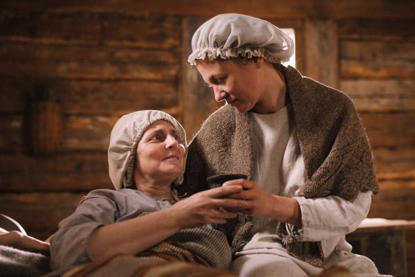 Bild 1 von 8: Annas (Julia Thurnau, r.) Wissen um Heilkräuter ersetzt oft den Arzt in der Familie und kommt ihrer kranken Schwägerin (Dace Jakovica, l.) zugute.