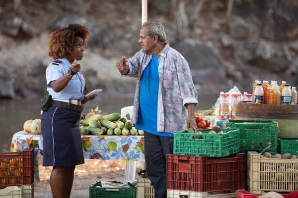 Bild 1 von 4: Officer Ruby Patterson (Shyko Amos) ermittelt auf eigene Faust und befragt einen Obstverkäufer, nach dem Verdächtigen.