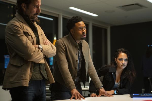 Bild 1 von 16: (v.l.n.r.) Russ Taylor (Henry Ian Cusick); Wilt Bozer (Justin Hires); Riley Davis (Tristin Mays)