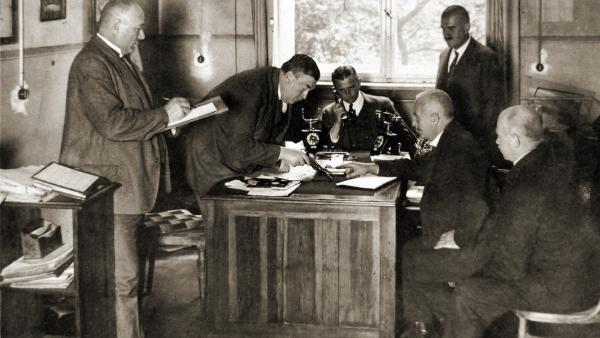 Bild 1 von 1: An Originalschauplätzen in Berlin und Düsseldorf erzählen Gabi Schlag und Benno Wenz die spannende Geschichte Ernst Gennats, des kriminalistischen Erneuerers und ersten Profilers der Welt.