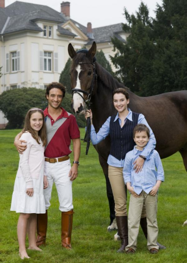 Bild 1 von 2: Martine La Rocca (Gunther Gillian, 2. v. links) mit seiner Frau Elena (Jana Klinge, rechts) und ihren Kindern Cinzia (Elena von Eysmondt) und Carlos (Luca Jochen).