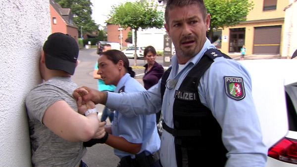 Bild 1 von 2: Als die Cops Stein und Martens (re.) zu einem Unfall gerufen werden, trauen sie ihren Augen kaum: Fahrerin Sabine ist offensichtlich betrunken und das vermeintliche Opfer Damian versucht, vor den Beamten zu fliehen. Was ist hier wirklich passiert?