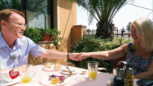Bild 1 von 8: Walther (55) hat für ein gemeinsames Frühstrück mit der 40-jährigen Marta organisiert