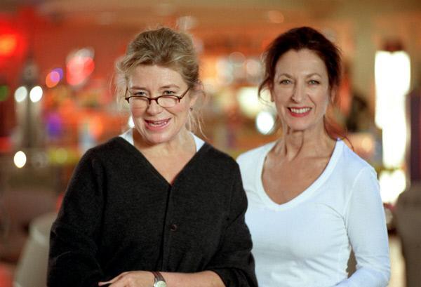 Bild 1 von 5: Beim Bowling spielen redet sich die Anwältin Elvira Kupfer (Jutta Speidel, li.) bei ihrer besten Freundin, die Psychologin Anna König (Daniela Ziegler) ihren ganzen Frust von der Seele.