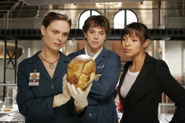 Bild 1 von 2: Bei der Begutachtung des Schädels kommen Brennan (Emily Deschanel, l.), Zack (Eric Millegan) und Cam (Tamara Taylor) der Identität des verbrannten Leichnams auf die Spur.