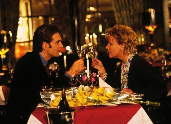 Bild 1 von 7: Dr. Schmidt (Walter Sittler) ist überrascht, als ihm im Hotelrestaurant plötzlich Schwester Nikola (Mariele Millowitsch) gegenübersitzt.