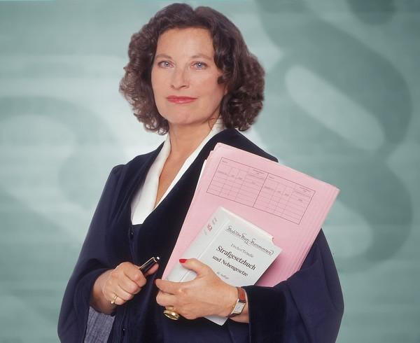 Bild 1 von 8: Richterin Dr. Ruth Herz führt die Verhandlungen objektiv, souverän und einfühlsam. Sie deckt die Geschichte hinter der Tat auf und versucht mit ihren Urteilen, Jugendlichen eine Chance zu geben.