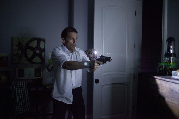 Bild 1 von 10: James Sandin (Ethan Hawke) kann es nicht fassen, sein Haus war durch ein grandioses Sicherheitssystem abgeriegelt und nun sind überall maskierte Angreifer.