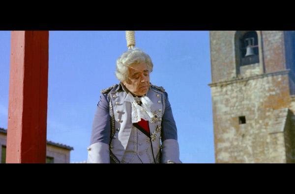 Bild 1 von 6: Ein großer Schreck für die Aristokraten: Der Marquis (Akim Tamiroff) hängt am Galgen.